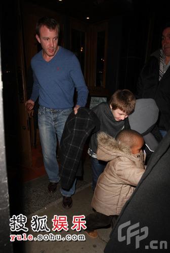 盖-里奇带着两个儿子Rocco、David外出吃晚饭