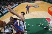 图文:[NBA]雄鹿胜尼克斯 博古特封盖