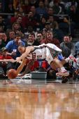 图文:[NBA]雄鹿胜尼克斯 泰伦卢拼抢