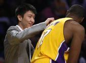 图文:[NBA]湖人VS掘金 孙悦和拜纳姆开玩笑