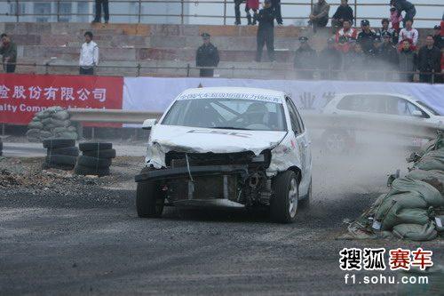 图文:短道拉力赛苍南站首日 赛车严重受损