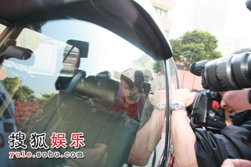 图:许晋亨李嘉欣大婚 媒体长枪短炮狂拍照