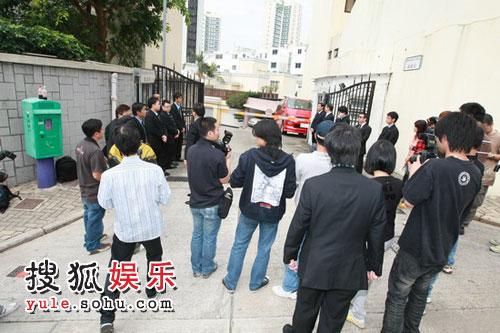 图:许晋亨李嘉欣大婚 媒体焦急盼见新娘