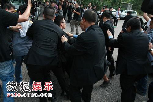 图:许晋亨李嘉欣大婚 保全人员阻拦记者