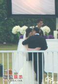 图:新娘新郎拍婚照 相拥甜蜜耳语秀爱