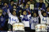 图文:[中超]长春0-2天津 天津球迷敲锣打鼓