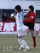 图文:[中超]长春0-2天津 白毅险遭黑脚