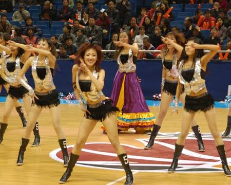 图文:北京男篮主场战天津 宝贝性感舞蹈