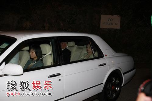 婚宴即将结束 许晋亨父母乘车离开