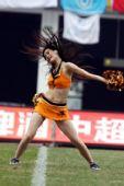 图文:[中超]足球宝贝热舞助兴 秀发舞动