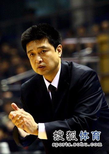 图文:北京男篮战胜天津 闵鹿蕾鼓掌