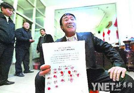 """攥着""""红手印"""",承包人张玉旺显出了前所未有的自信 本报记者贾婷摄"""