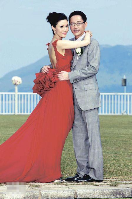 穿上鲜红色拖尾晚装的李嘉欣,美艳得俨如盛放中的红玫瑰