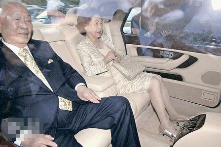 许世勋与太太乘车返回大宅时笑容满面