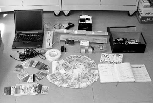 白云警方缴获的一批作案工具和赃款 记者 郑启文 摄