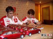 图文:雪铁龙车队开心中国行 为车迷签名