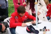 图文:雪铁龙车队开心中国行 热心为车迷签名