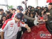 图文:雪铁龙车队开心中国行 被热情的记者