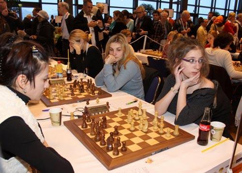 图文:国象奥赛第十轮 性感女棋手香肩外露