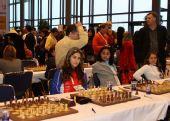 图文:国象奥赛第十轮 美女棋手莞尔一笑
