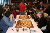 图文:国象奥赛第十轮 金发女棋手美丽侧面