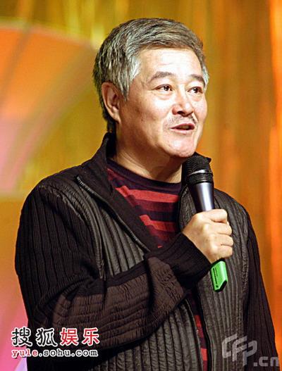"""赵本山/赵本山神情悠然拉二胡 爱徒""""小沈阳""""蹲地窃笑"""