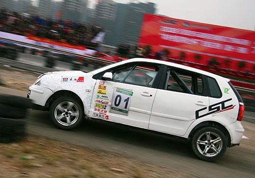 华奥星空车队李磊驾驶1号赛车在比赛中