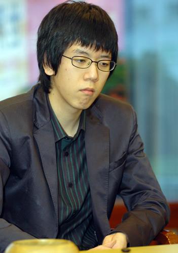 图文:农心杯第五局挑战柁嘉熹 姜东润在比赛中