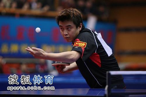 图文:乒乓球全锦赛男单决赛 王皓发球全神贯注