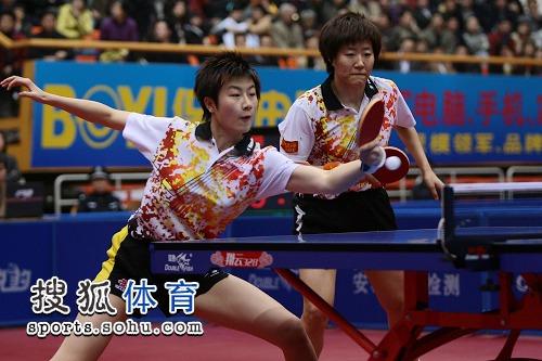 图文:乒乓球全锦赛女双决赛 郭焱/丁宁比赛中