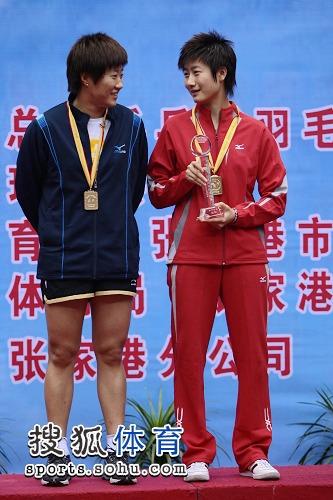 图文:乒乓球全锦赛女双 郭焱和丁宁在领奖台上