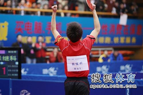 图文:全锦赛张继科男单夺冠 张继科双臂高举