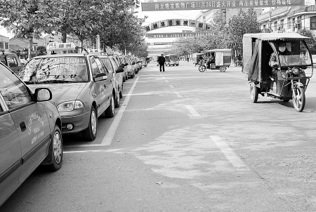 出租车停运,三轮车生意火了。