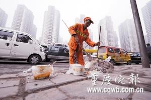 满地垃圾忙坏了环卫工人   首席记者 史宗伟 记者 吴子敬 摄