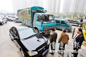 因为浓雾,车辆从北环上道口排到了北环转盘。首席记者 史宗伟 记者 吴子敬 摄