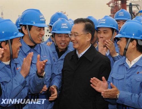 11月22日,温家宝总理在上海外高桥造船有限公司考察时与工人们在一起。 11月21日至23日,中共中央政治局常委、国务院总理温家宝在浙江、上海考察工作。新华社记者马占成摄