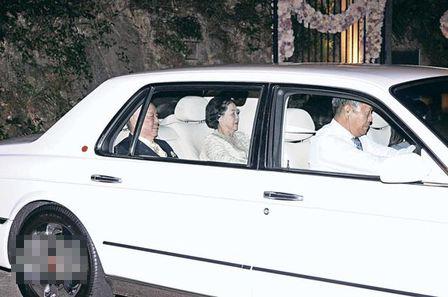许世勋夫妇娶到靓靓新抱,一脸满足离开豪宅