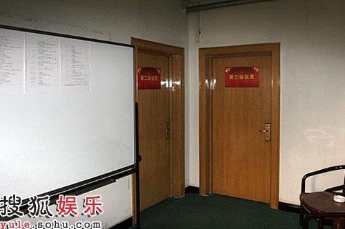 """""""征用""""多个会议室,墙上是密集的安排表"""