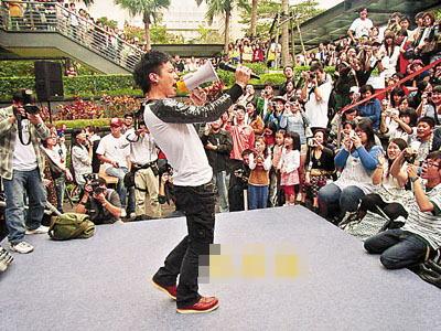 小范重现电影中大声公演唱经典画面。