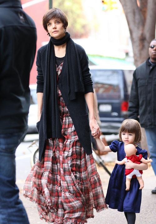 周一下午,凯蒂-霍尔姆斯带着女儿小苏瑞在纽约逛街