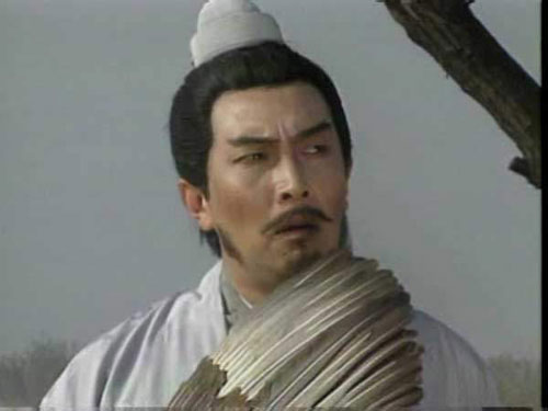 唐国强饰演的诸葛亮年轻时羽扇纶巾风流倜傥