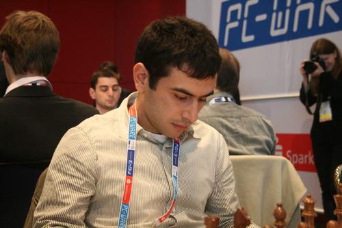 图文:国象奥赛最后一轮 亚美尼亚队员关注棋局