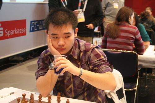 图文:国象奥赛最后一轮 小将李超开始下棋