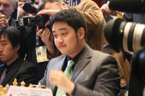 图文:国象奥赛最后一轮 王玥被媒体包围
