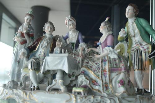 图文:国象奥赛场外风物 宫廷聚会艺术品