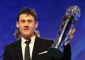 图文:2008亚足联颁奖典礼 杰帕罗夫展示奖杯