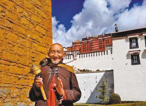 3月26日,拉萨布达拉宫重新开放,一位藏族信众喜笑颜开