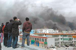 3月14日,拉萨市区浓烟滚滚