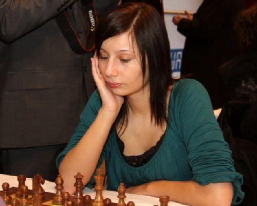 图文:国象奥赛最后一轮 绿衣美女棋手坐姿优雅