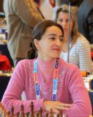 图文:国象奥赛最后一轮比赛 棋手身着粉色毛衣